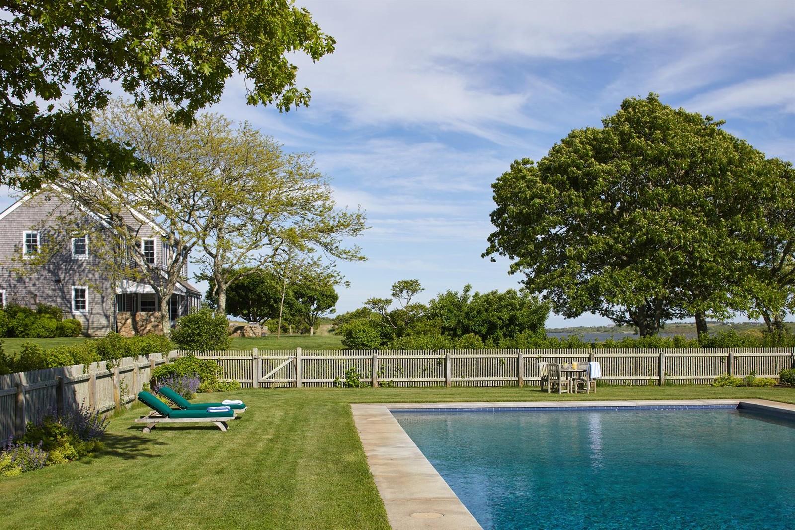 La piscina all'aperto / christiesrealestate.com
